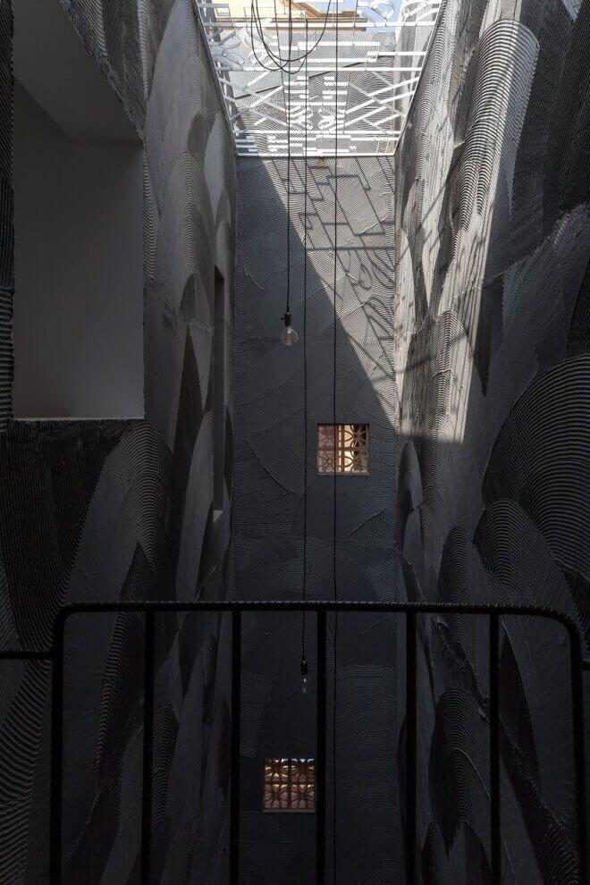 Ngôi Nhà Trong Hẻm Ấn Tượng Đến Khó Rời Mắt Nhờ Bức Tường Cào Vữa